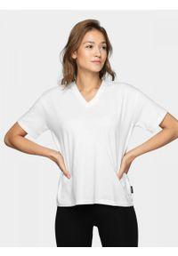 Biały t-shirt outhorn z dekoltem w kształcie v