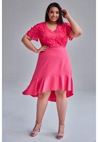 Różowa sukienka dla puszystych Moda Size Plus Iwanek w kolorowe wzory, plus size
