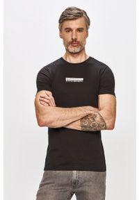 Calvin Klein Jeans - T-shirt. Okazja: na co dzień. Kolor: czarny. Wzór: nadruk. Styl: casual