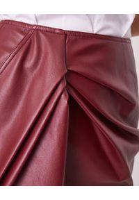 SELF PORTRAIT - Bordowa spódnica ze skóry ekologicznej. Kolor: czerwony. Materiał: skóra ekologiczna. Długość: długie. Wzór: aplikacja