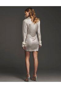 RETROFETE - Asymetryczna sukienka Brynlee. Kolor: biały. Długość rękawa: długi rękaw. Wzór: aplikacja. Typ sukienki: asymetryczne