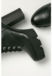 Czarne botki Guess Jeans z okrągłym noskiem, na obcasie
