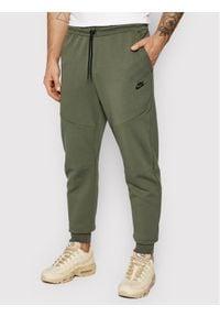 Nike Spodnie dresowe Nsw Tech Fleece CU4495 Zielony Slim Fit. Kolor: zielony. Materiał: dresówka