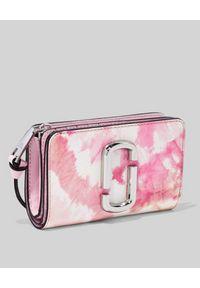 THE MARC JACOBS - Różowy portfel Snapshot Compact Tie Dye. Kolor: biały