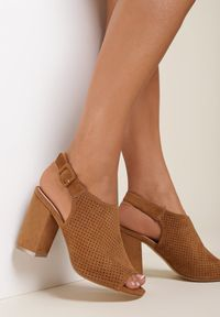 Renee - Camelowe Sandały Syrolphi. Nosek buta: otwarty. Zapięcie: pasek. Materiał: materiał. Wzór: ażurowy, aplikacja. Obcas: na słupku. Styl: boho, street