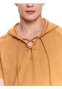 TOP SECRET - Cienka bluza z kapturem. Typ kołnierza: kaptur. Kolor: beżowy. Materiał: tkanina, bawełna. Długość rękawa: krótki rękaw. Długość: krótkie. Sezon: lato. Styl: wakacyjny