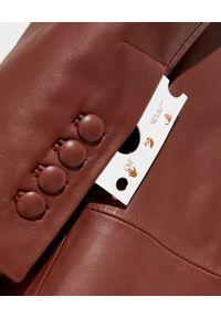 OFF-WHITE - Długi płaszcz ze skóry. Kolor: brązowy. Materiał: skóra. Długość: długie. Wzór: aplikacja. Sezon: wiosna. Styl: sportowy