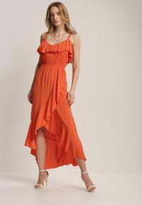 Renee - Pomarańczowa Sukienka Chelgana. Okazja: na plażę. Typ kołnierza: dekolt hiszpanka. Kolor: pomarańczowy. Materiał: wiskoza, materiał. Długość rękawa: na ramiączkach. Sezon: lato. Typ sukienki: asymetryczne. Długość: midi
