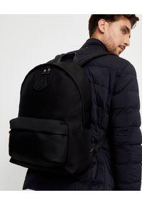 MONCLER - Czarny plecak z logo. Kolor: czarny. Materiał: materiał, guma. Wzór: aplikacja. Styl: klasyczny, casual