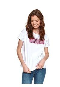 TOP SECRET - T-shirt z błyszczącym nadrukiem. Okazja: na co dzień. Kolor: biały. Materiał: tkanina, bawełna. Długość rękawa: krótki rękaw. Długość: krótkie. Wzór: nadruk. Sezon: wiosna. Styl: casual