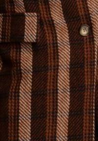 Renee - Brązowy Płaszcz Shareth. Kolor: brązowy. Długość rękawa: długi rękaw. Długość: długie. Wzór: jodełka. Styl: klasyczny, elegancki