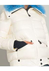 MONCLER - Biała kurtka z futrem. Kolor: biały. Materiał: futro. Sezon: lato. Styl: sportowy