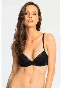 Calvin Klein Underwear - Biustonosz CustomizedLlift. Kolor: czarny. Rodzaj stanika: odpinane ramiączka, biustonosz z fiszbinami, wyściełane miseczki, różne sposoby noszenia