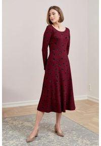 Marie Zélie - Sukienka Margarita Cone bordowa. Kolor: czerwony. Materiał: tkanina, dzianina, elastan, wiskoza, materiał. Długość rękawa: długi rękaw. Typ sukienki: trapezowe