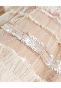 NEEDLE & THREAD - Tiulowa sukienka z falbaną Nancy. Kolor: beżowy. Materiał: tiul. Wzór: aplikacja. Długość: mini