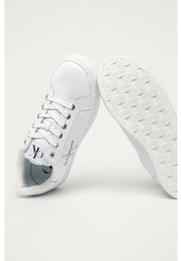Białe sneakersy Calvin Klein Jeans z okrągłym noskiem, na sznurówki