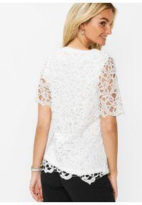 Shirt bonprix biały. Kolor: biały. Materiał: koronka. Długość rękawa: krótki rękaw. Długość: krótkie. Wzór: koronka