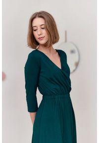 Marie Zélie - Sukienka Rita butelkowa zieleń. Typ kołnierza: dekolt kopertowy. Materiał: wiskoza, dzianina, materiał, elastan, tkanina. Długość rękawa: krótki rękaw. Sezon: jesień. Typ sukienki: proste, kopertowe