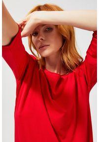 Czerwona sukienka MOODO na co dzień, asymetryczna, z asymetrycznym kołnierzem