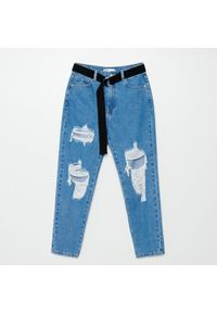 Cropp - Jeansy mom z paskiem - Niebieski. Kolor: niebieski