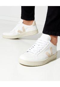 Veja - VEJA - Białe sneakersy ze skóry V-12. Kolor: biały. Materiał: skóra. Szerokość cholewki: normalna. Wzór: aplikacja