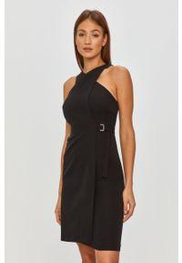 Czarna sukienka Answear Lab z dekoltem halter, dopasowana, na spotkanie biznesowe