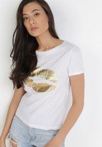 Born2be - Biały T-shirt Theamishia. Okazja: na co dzień. Kolor: biały. Materiał: bawełna, jersey, dzianina. Długość rękawa: krótki rękaw. Długość: krótkie. Sezon: lato. Styl: klasyczny, casual