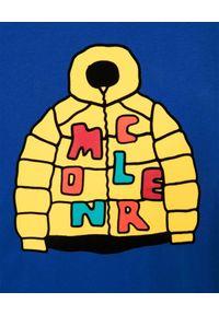 MONCLER KIDS - Niebieski t-shirt z graficznym nadrukiem 4-10 lat. Kolor: niebieski. Materiał: bawełna. Długość rękawa: długi rękaw. Długość: długie. Wzór: nadruk. Sezon: lato. Styl: klasyczny
