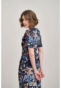 Marie Zélie - Sukienka Irmina Umbra. Materiał: poliester, materiał, wiskoza, tkanina, skóra. Długość rękawa: krótki rękaw. Wzór: napisy. Typ sukienki: proste, kopertowe