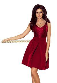 Czerwona sukienka rozkloszowana Numoco w koronkowe wzory, wizytowa