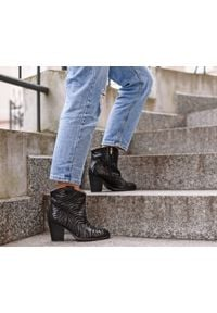 Zapato - kowbojki na obcasie - skóra naturalna - model 471 - kolor czarny zebra. Kolor: czarny. Materiał: skóra. Wzór: motyw zwierzęcy. Obcas: na obcasie. Wysokość obcasa: średni