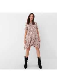 Mohito - Dzianinowa sukienka z falbaną - Różowy. Kolor: różowy. Materiał: dzianina