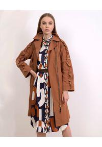 CATERINA - Brązowy płaszcz z asymetrycznym zapięciem. Kolor: brązowy. Materiał: bawełna, materiał. Długość: długie. Wzór: aplikacja