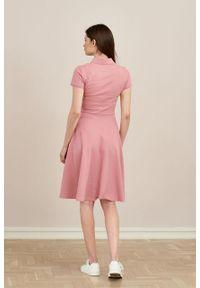 Marie Zélie - Sukienka Polo pąsowy róż trapezowa krótki rękaw. Okazja: do pracy, na co dzień. Typ kołnierza: polo. Kolor: czerwony, różowy, wielokolorowy. Materiał: bawełna, dzianina, materiał. Długość rękawa: krótki rękaw. Typ sukienki: trapezowe. Styl: wakacyjny, sportowy, klasyczny, casual