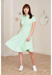 Marie Zélie - Sukienka Polo miętowa – trapezowa XXS zielony. Okazja: na co dzień, do pracy. Typ kołnierza: polo. Kolor: zielony, miętowy, wielokolorowy. Materiał: dzianina, materiał, bawełna. Długość rękawa: krótki rękaw. Typ sukienki: trapezowe. Styl: sportowy, klasyczny, wakacyjny, casual