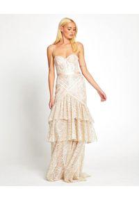 ALICE MCCALL - Beżowa sukienka midi z falbanami. Kolor: beżowy. Materiał: koronka. Długość rękawa: na ramiączkach. Wzór: koronka. Długość: midi