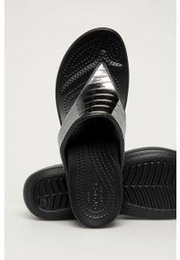 Czarne klapki Crocs na koturnie, na średnim obcasie
