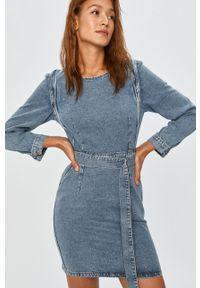 Niebieska sukienka Answear Lab z okrągłym kołnierzem, prosta, na co dzień