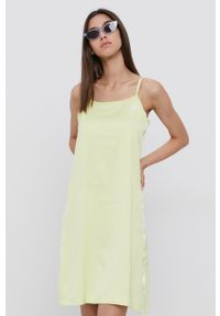 adidas Originals - Sukienka. Kolor: żółty. Materiał: tkanina, materiał. Długość rękawa: na ramiączkach. Typ sukienki: rozkloszowane