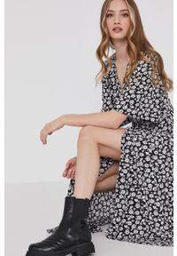 Czarna sukienka Answear Lab w kwiaty, prosta