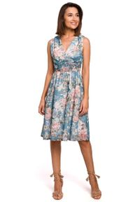 MOE - Sukienka w Kwiaty z Podkreśloną Talią - Model 4. Materiał: poliester. Wzór: kwiaty