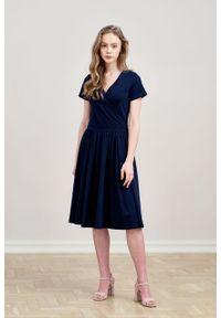 Marie Zélie - Sukienka Larissa granatowa krótki rękaw. Typ kołnierza: dekolt kopertowy. Kolor: niebieski. Materiał: bawełna, dzianina, materiał, elastan, skóra. Długość rękawa: krótki rękaw. Typ sukienki: kopertowe