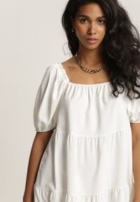 Renee - Biała Sukienka Idalise. Typ kołnierza: dekolt hiszpanka. Kolor: biały. Wzór: aplikacja. Typ sukienki: trapezowe. Długość: mini