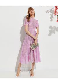 SELF PORTRAIT - Liliowa sukienka midi. Okazja: na wesele, na ślub cywilny. Kolor: różowy, wielokolorowy, fioletowy. Materiał: koronka. Wzór: ażurowy, koronka, geometria. Typ sukienki: rozkloszowane, dopasowane. Styl: klasyczny. Długość: midi #7