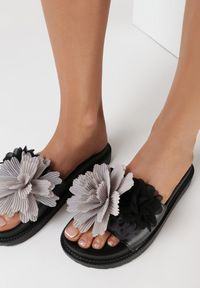Born2be - Czarne Klapki Alexeris. Kolor: czarny. Materiał: guma. Wzór: kwiaty, aplikacja. Sezon: lato