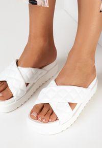 Born2be - Białe Klapki Dananassa. Nosek buta: okrągły. Kolor: biały. Materiał: guma. Wzór: paski, aplikacja. Obcas: na platformie