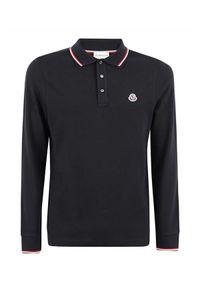 MONCLER - Czarna koszulka polo. Typ kołnierza: polo. Kolor: czarny. Materiał: bawełna. Długość rękawa: długi rękaw. Długość: długie. Wzór: aplikacja. Styl: klasyczny