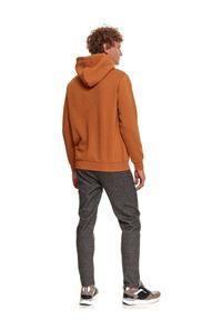 TOP SECRET - Nierozpinana bluza męska kangurka. Kolor: brązowy. Materiał: dzianina. Długość rękawa: długi rękaw. Długość: długie. Wzór: napisy. Sezon: zima