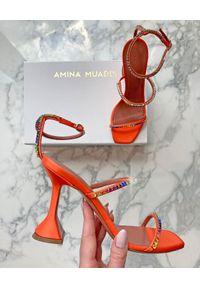 AMINA MUADDI - Pomarańczowe sandały z kryształami Gilda. Kolor: pomarańczowy. Materiał: satyna. Wzór: aplikacja. Obcas: na obcasie. Wysokość obcasa: średni