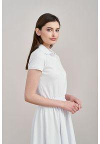 Marie Zélie - Sukienka Polo z gumką biała krótki rękaw. Okazja: do pracy, na co dzień. Typ kołnierza: polo. Kolor: biały. Materiał: dzianina, bawełna, materiał. Długość rękawa: krótki rękaw. Typ sukienki: proste, sportowe. Styl: klasyczny, wakacyjny, casual, sportowy